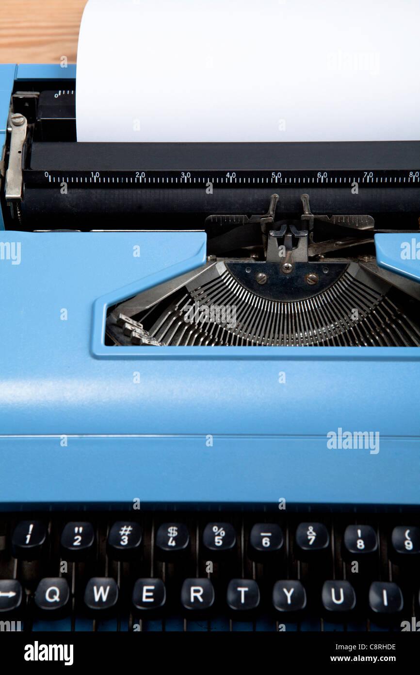Type de papier à l'intérieur de l'écrivain avec elle Photo Stock