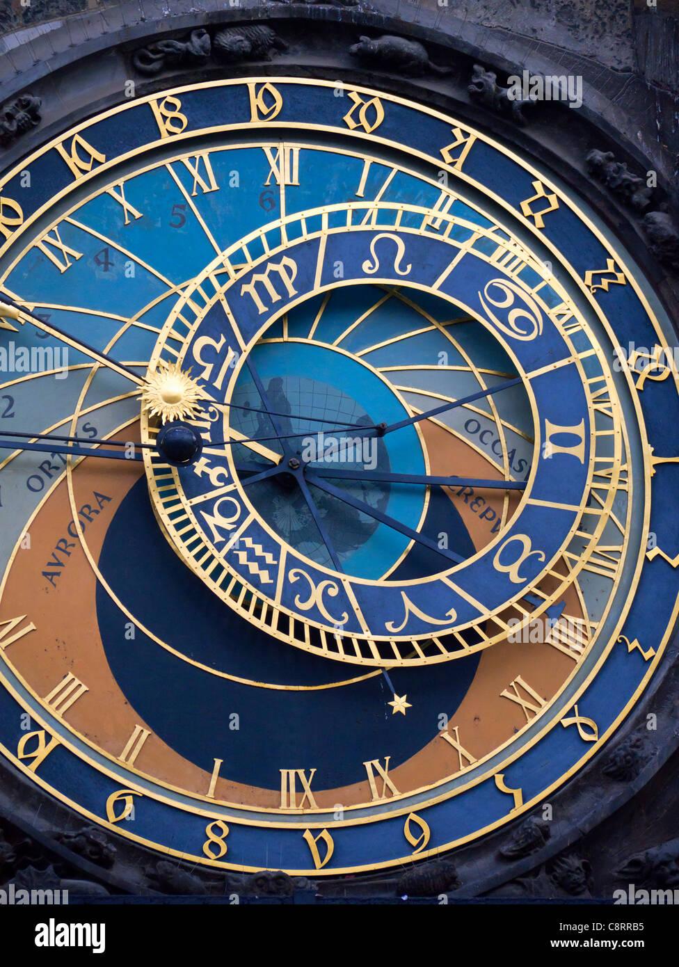 Détail de la face de l'horloge astronomique sur l'hôtel de ville de Staromestske namesti ou la Photo Stock