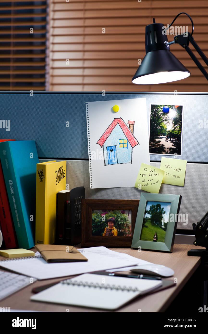 Lampe avec peinture de chambre et les fournitures de bureau sur 24 Photo Stock