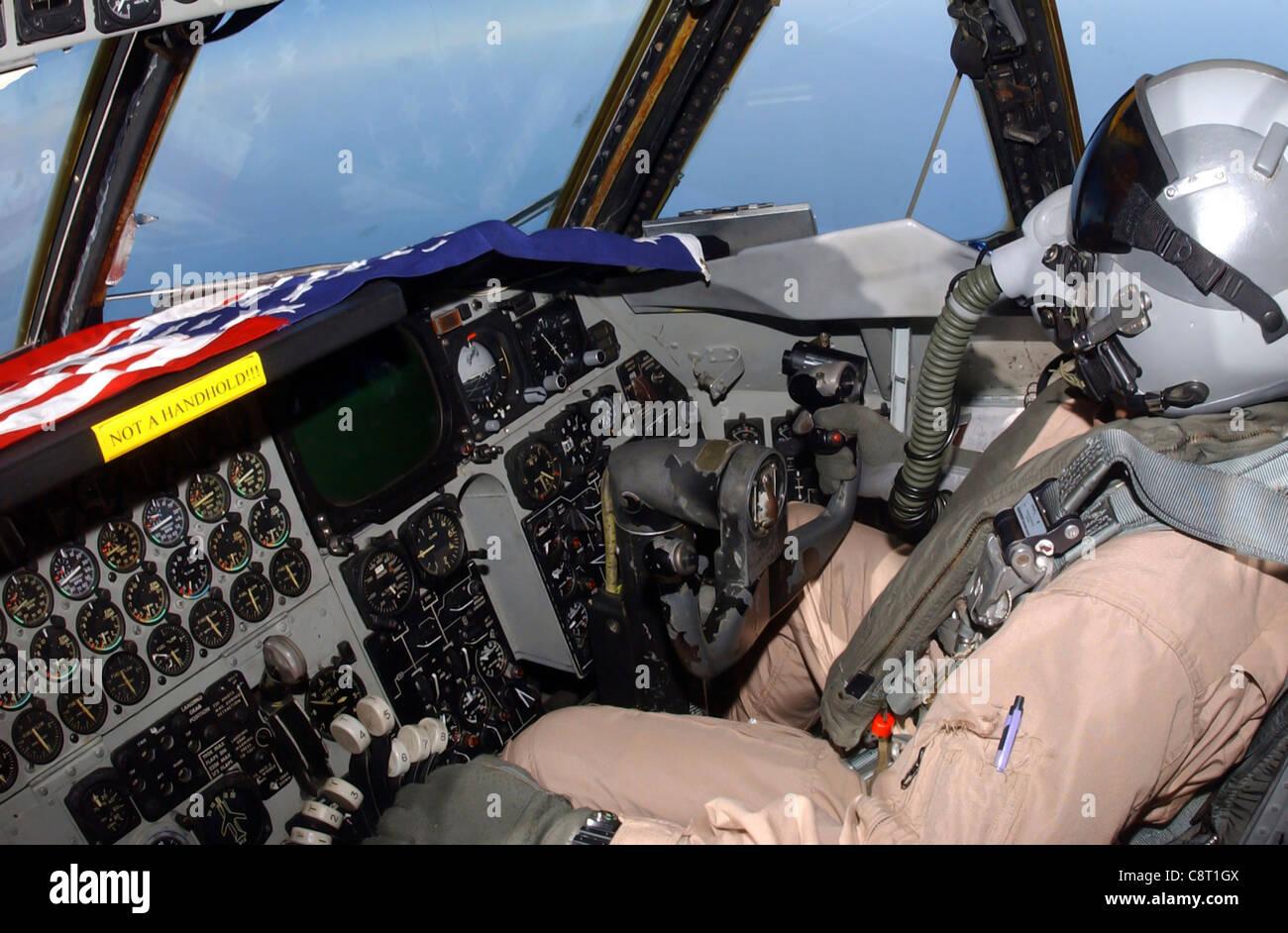 OPÉRATION LIBERTÉ IRAKIENNE -- UN co-pilote B-52 Stratoforteresse avec le 40ème Escadron de bombardement expéditionnaire effectue une mission au-dessus de l'Irak le 17 avril. Banque D'Images