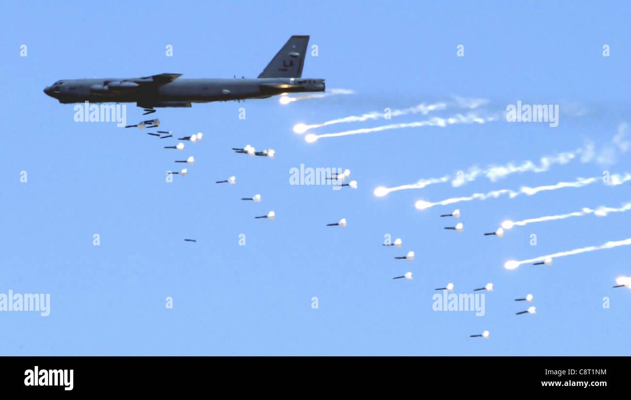 BASE AÉRIENNE DE NELLIS, Nevada -- UNE B-52 Stratoforteresse de la base aérienne de Barksdale, en Louisiane, dépose des munitions en direct sur le champ d'essais et d'entraînement du Nevada près d'ici le 12 mai lors d'une démonstration de puissance de feu de la Force aérienne. La démonstration met en valeur les capacités aériennes et spatiales de la Force aérienne. Banque D'Images