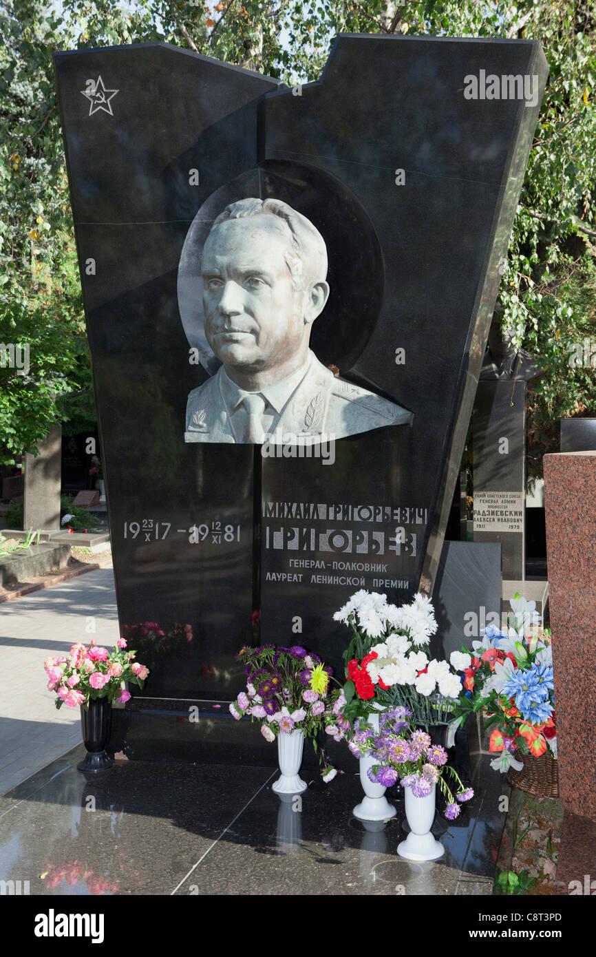 Sépulture du commandant adjoint des Forces de fusées stratégiques Grigorev Mikhail Rémy (1917-1981) au cimetière de Novodievitchi Moscou, Russie Banque D'Images