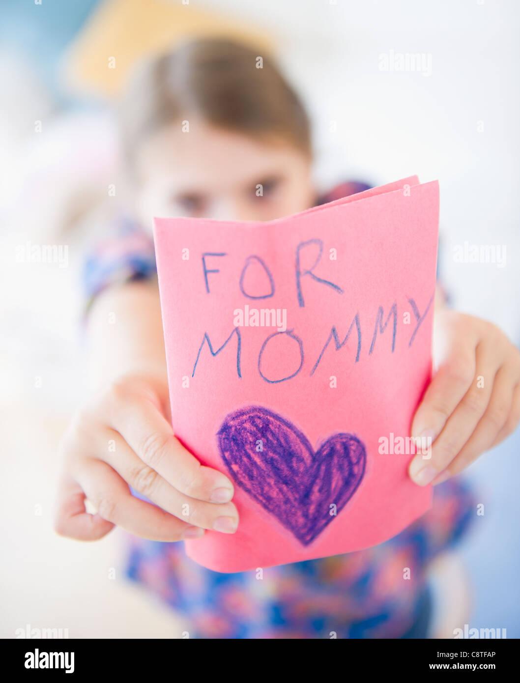 USA, New Jersey, Jersey City, fille montrant carte de souhaits pour la fête des mères Photo Stock