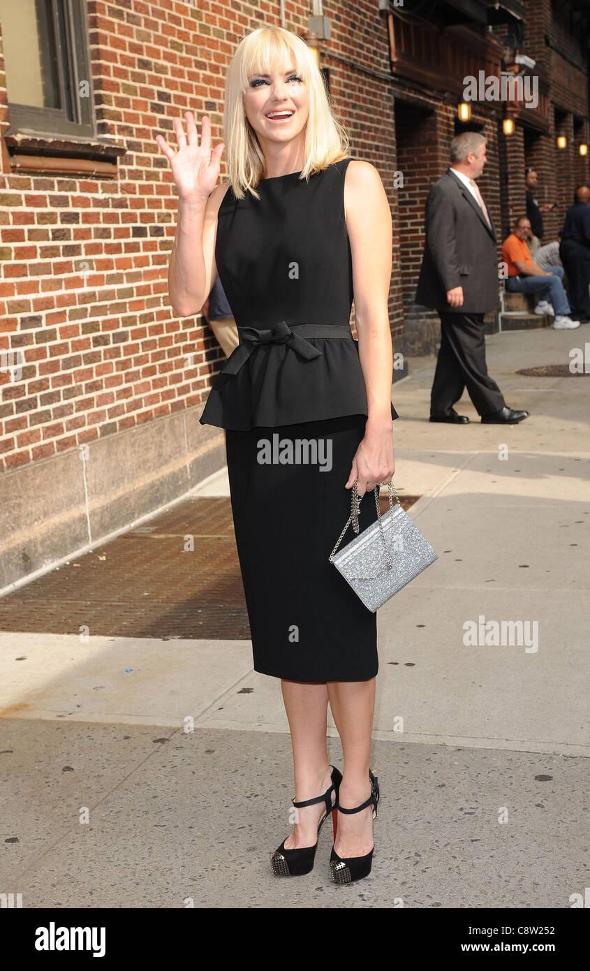 design de qualité 5266d 67478 Anna Faris (porte une robe par Moschino et chaussures ...