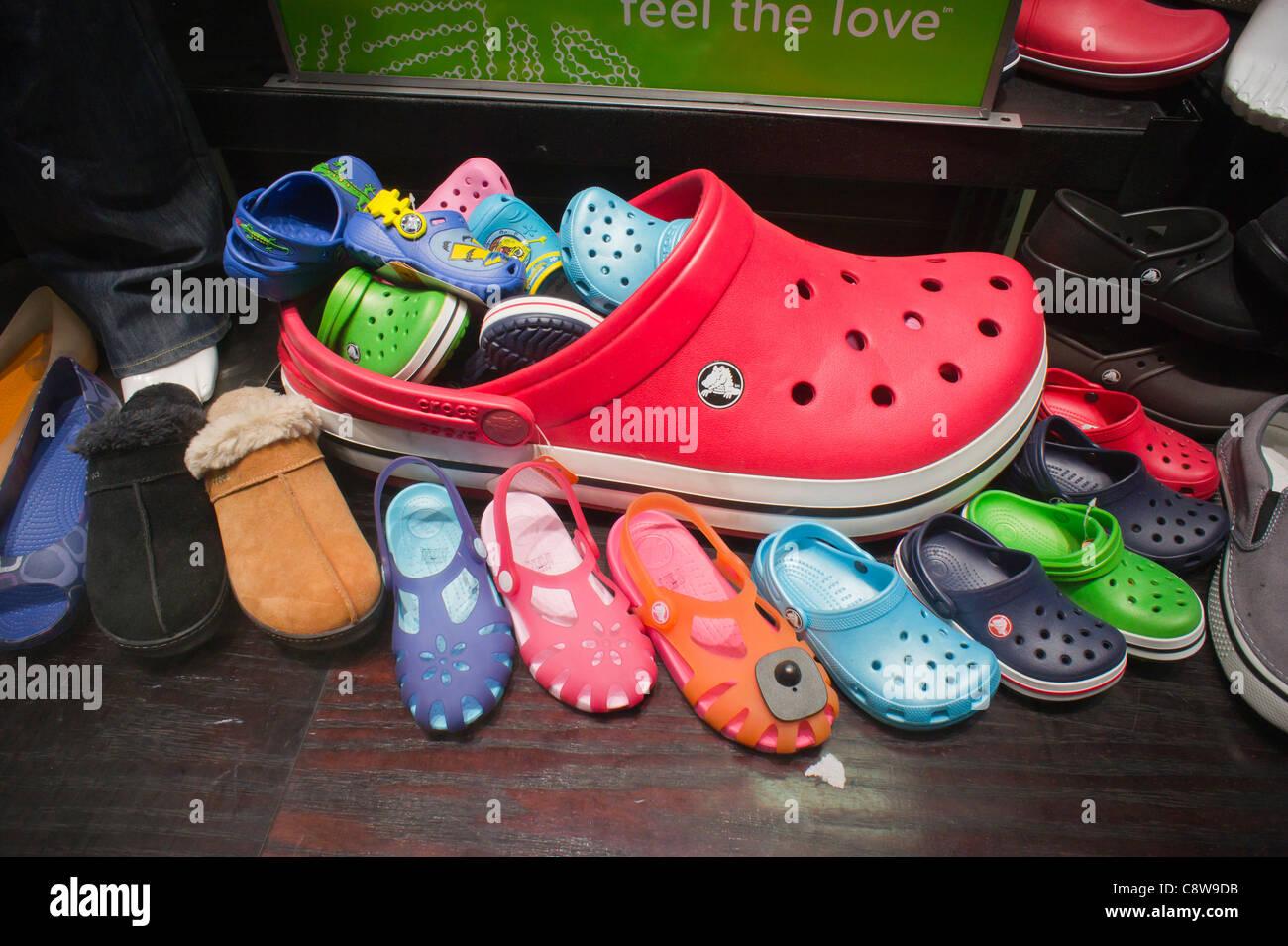 ec16529d19d Une exposition de chaussures Crocs est vu dans un magasin de chaussures dans  le quartier chinois