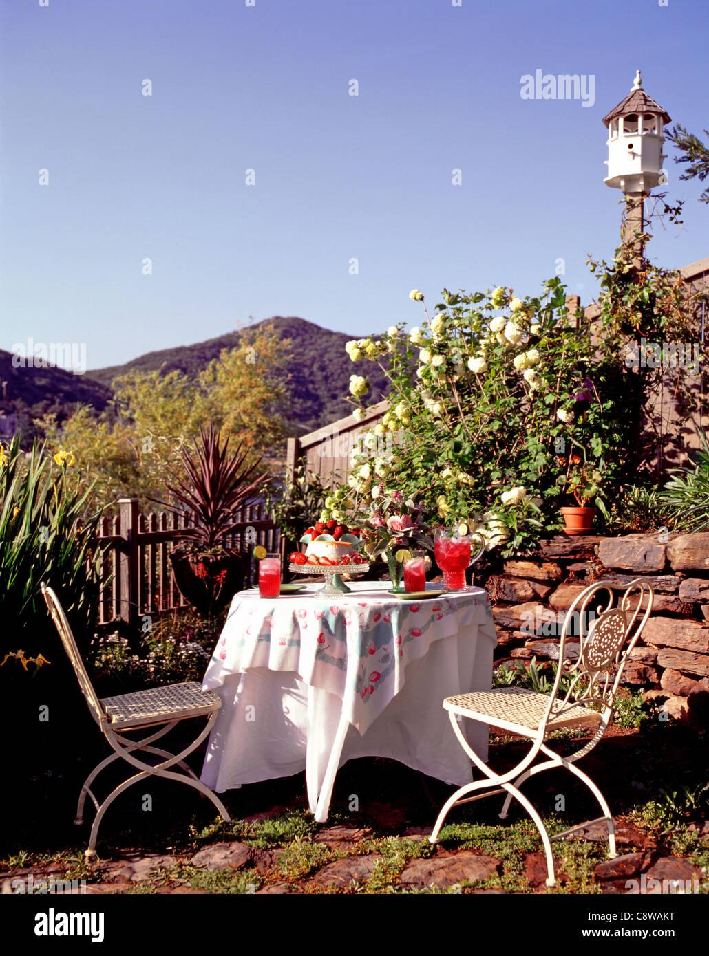 Jeu de table de patio avec des boissons rafraîchissantes Banque D'Images