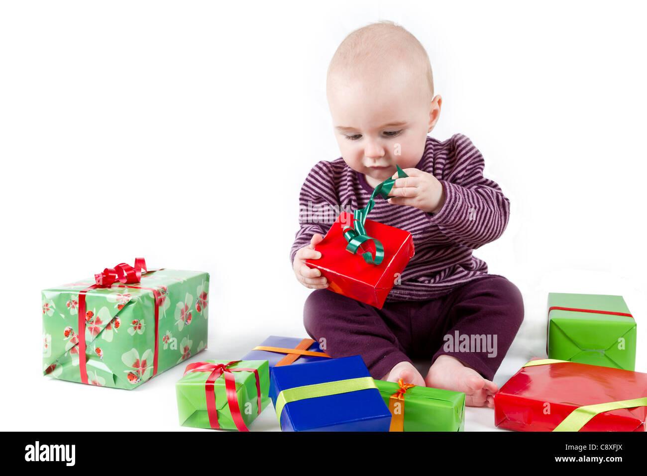 Déballage du jeune enfant présente un fond blanc. Photo Stock