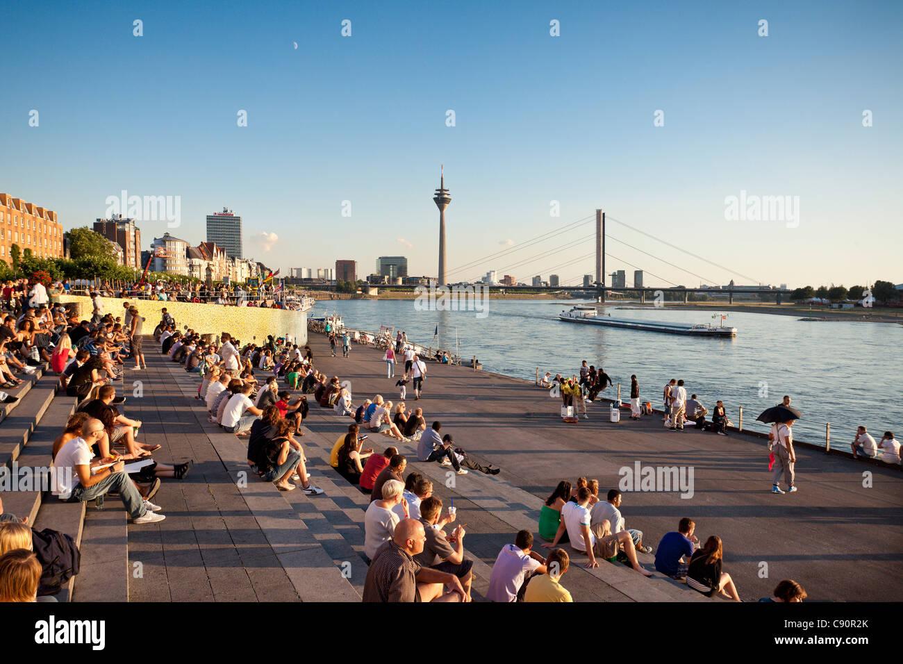 Les gens dans les escaliers à la promenade du Rhin, Düsseldorf, Düsseldorf, Rhénanie du Nord Photo Stock