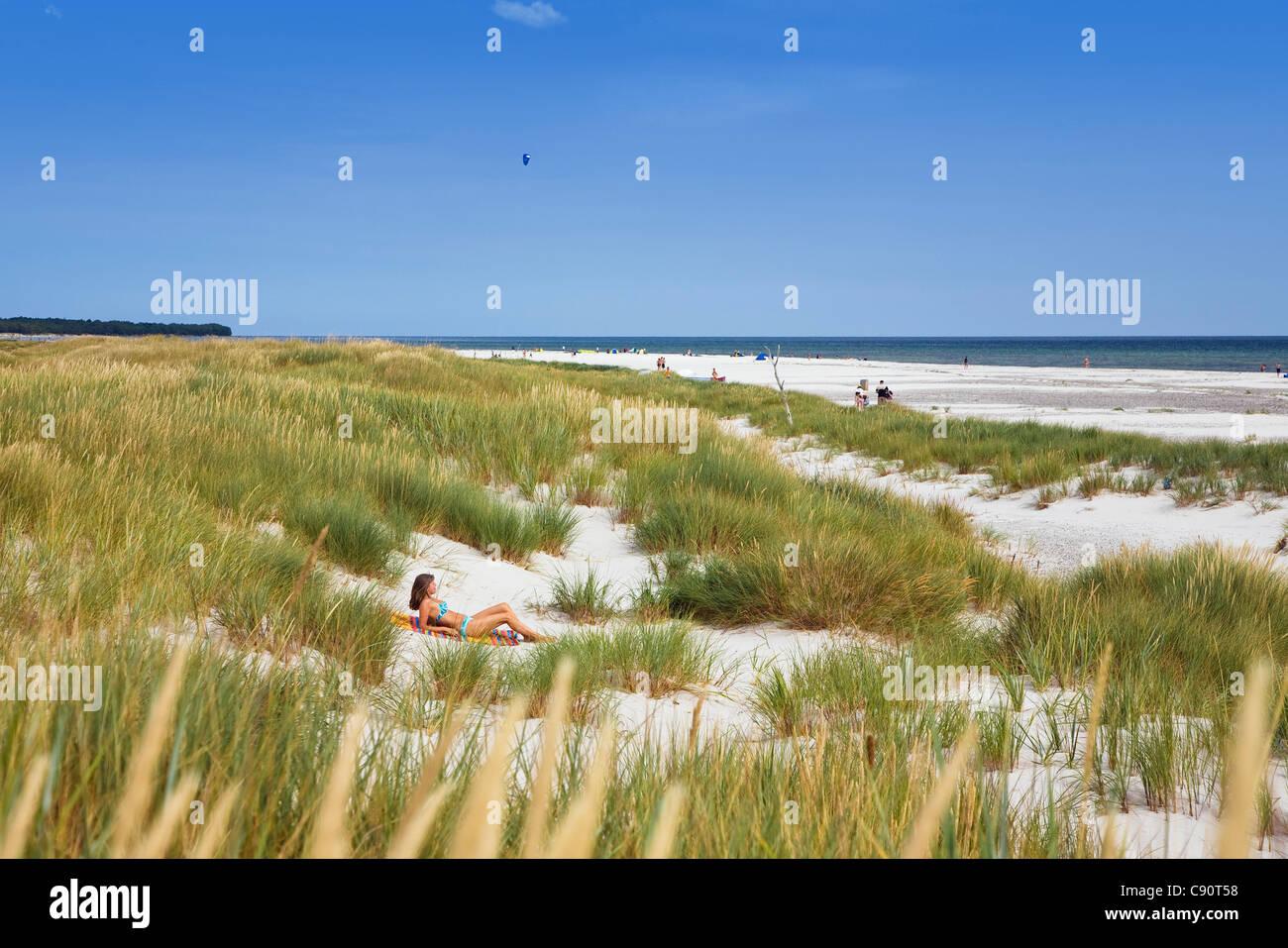 Femme, 40 ans, un bain de soleil dans les dunes de plage Dueodde, Bornholm, Danemark, Europe Photo Stock