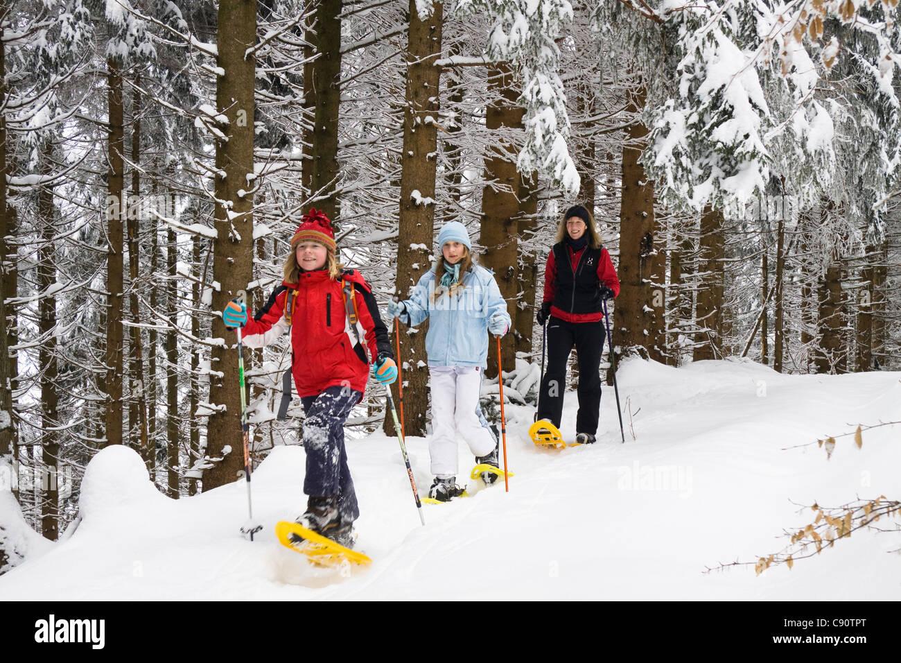 Snoeshoe les randonneurs dans les Alpes bavaroises, Upper Bavaria, Germany, Europe Photo Stock