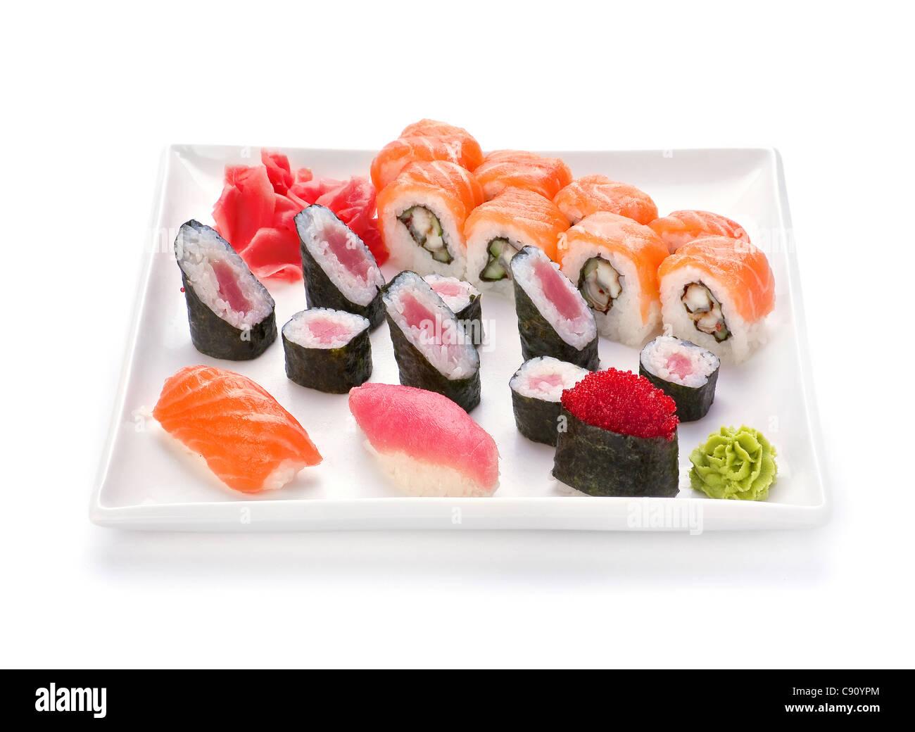 La nourriture japonaise et sushi roll dans la plaque sur blanc Photo Stock