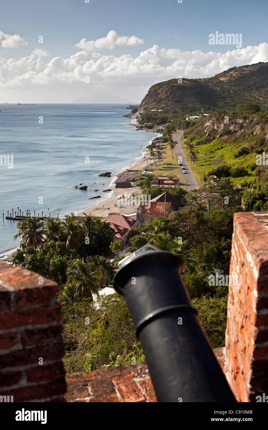 Les Pays-Bas, Oranjestad, Saint-Eustache, île des Antilles néerlandaises. Oranjestad Bay et la Basse-ville de fort. Cannon. Banque D'Images