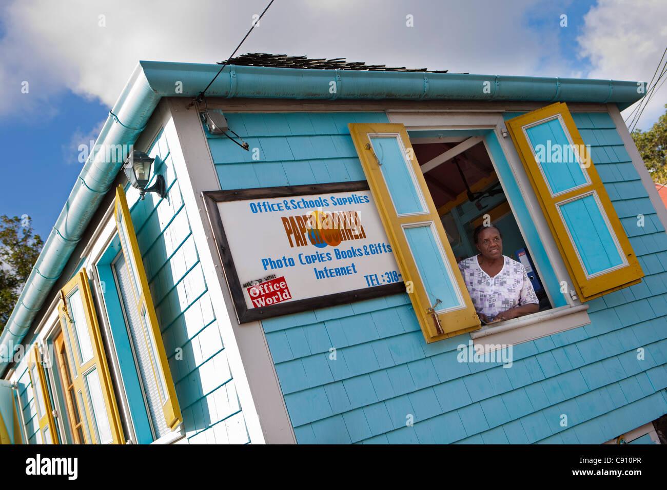 Les Pays-Bas, Oranjestad, Saint-Eustache, île des Antilles néerlandaises. Femme à la fenêtre Photo Stock
