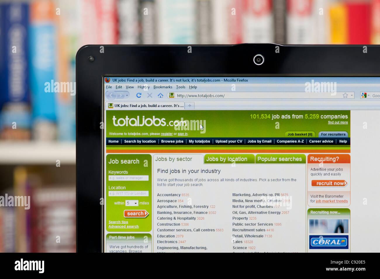 Le site web de l'emploi total tourné contre un meuble en arrière-plan (usage éditorial uniquement: -Print, télévision, Banque D'Images