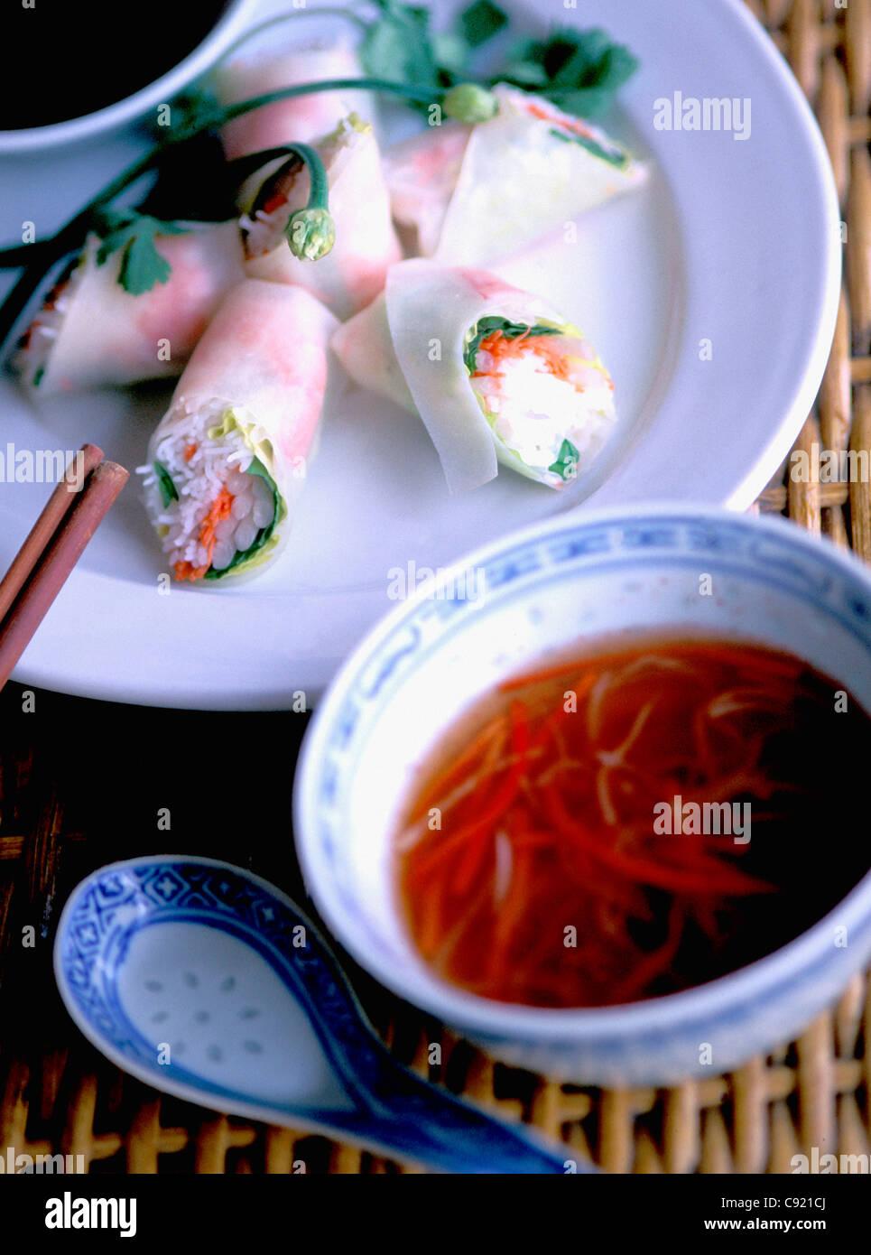Goi cuon rouleaux de crevettes avec sauce de poisson nuoc mam plat Vietnamien Photo Stock