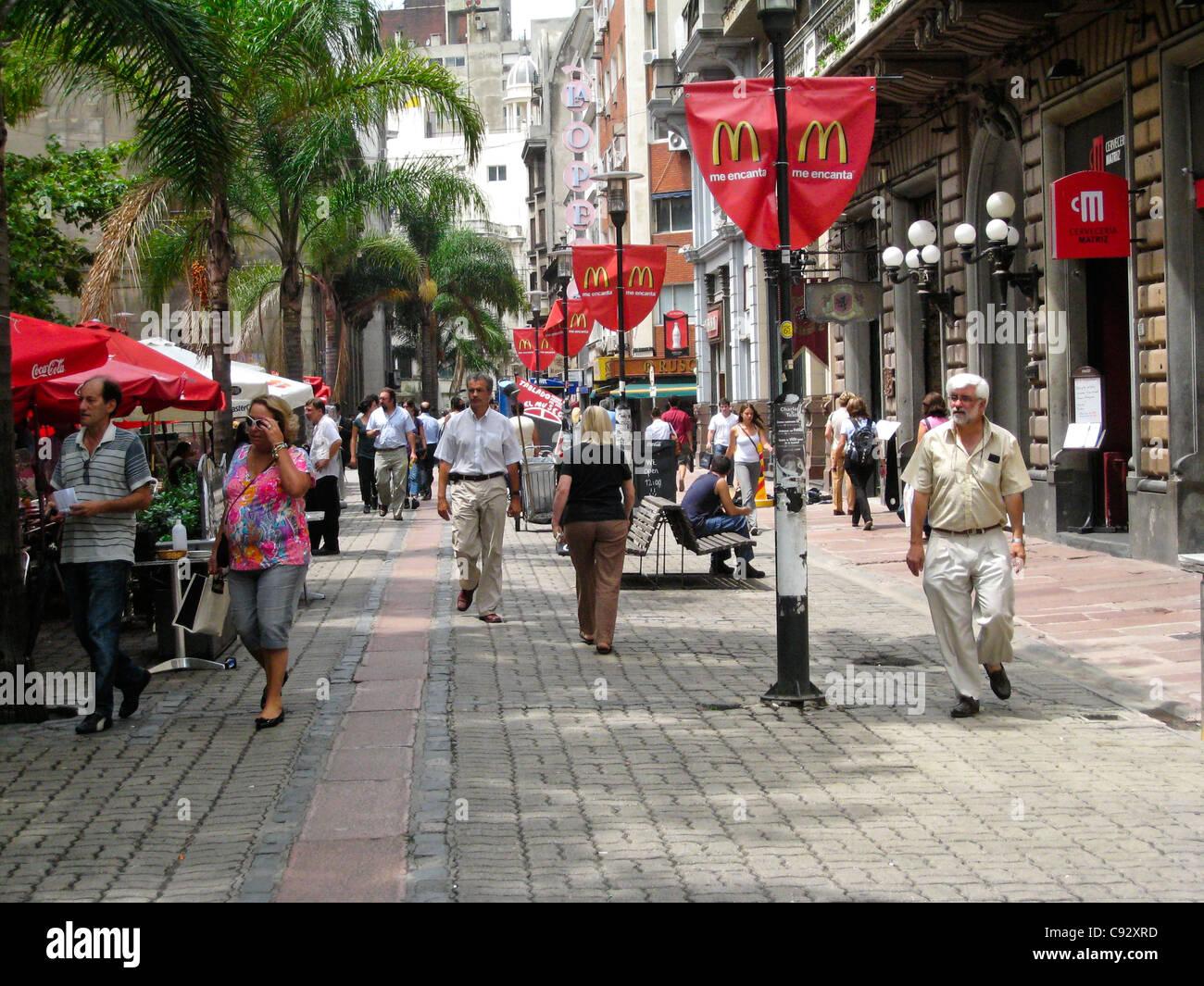 Montevideo, Montevideo, Uruguay. Rue de Marche avec des stands et des restaurants, la brique de la chaussée. Photo Stock