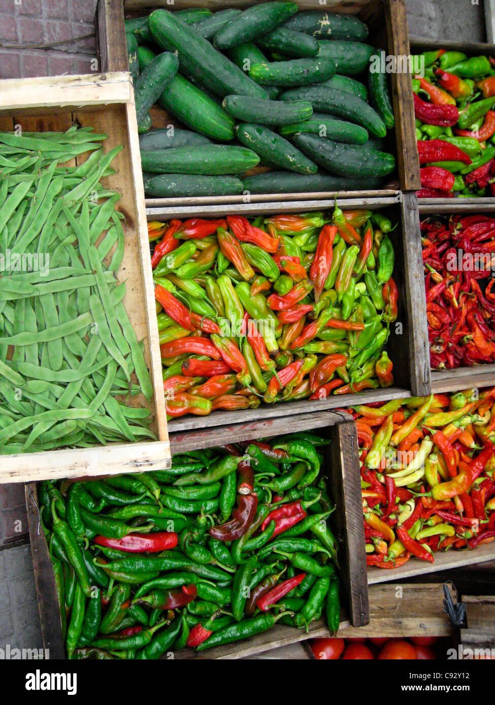 Montevideo, Montevideo, Uruguay l'affichage des concombres, piments verts et haricots. Photo Stock