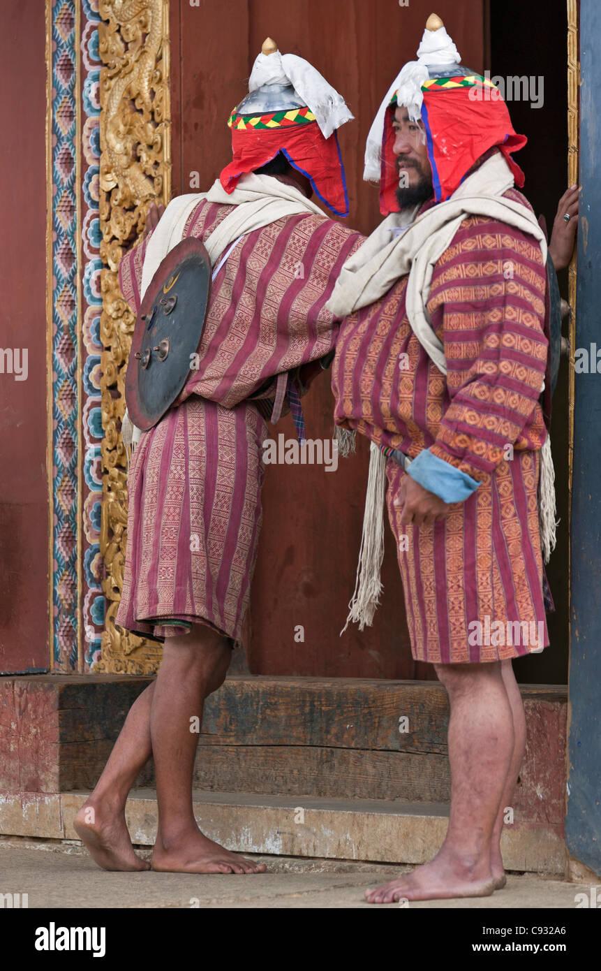 Des hommes habillés en costume du début du 20e siècle des rois gardiens. Photo Stock