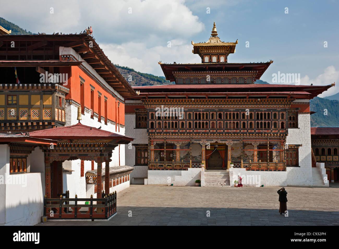 Des bâtiments monastiques entourent la cour de Trashi Chhoe Dzong à Thimphu. Photo Stock