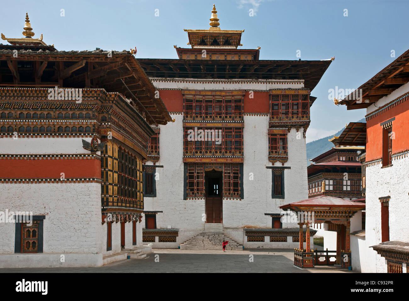 Beaux bâtiments monastiques entourent la cour de Trashi Chhoe Dzong à Thimphu. Photo Stock