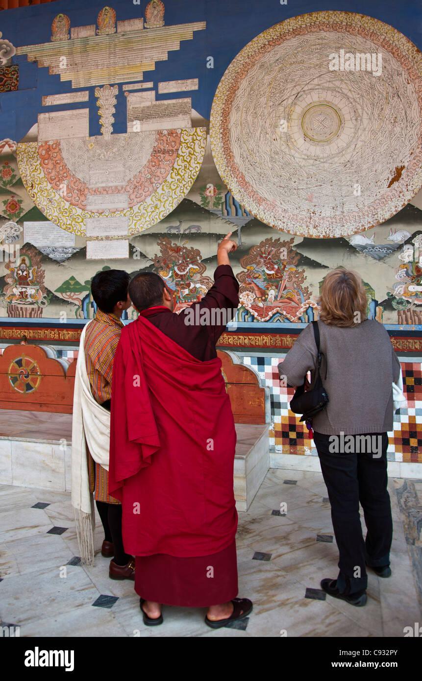 Un moine explique un mandala mystique à un visiteur à Trashi Chhoe Dzong à Thimphu. Photo Stock