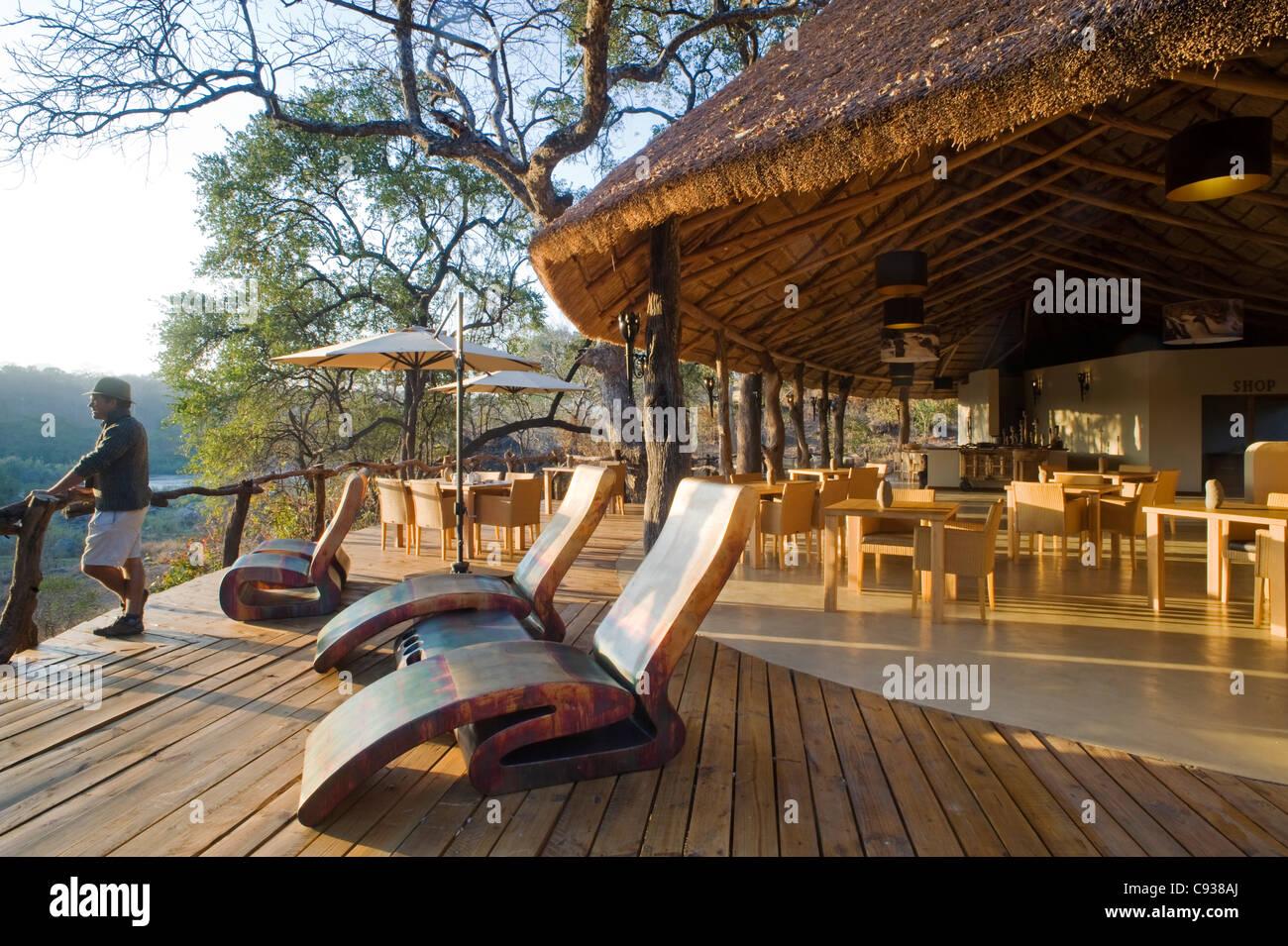 Au Malawi, la Réserve de faune majete. Le pont et la salle à manger principale de Mkulumadzi Safari Lodge Photo Stock
