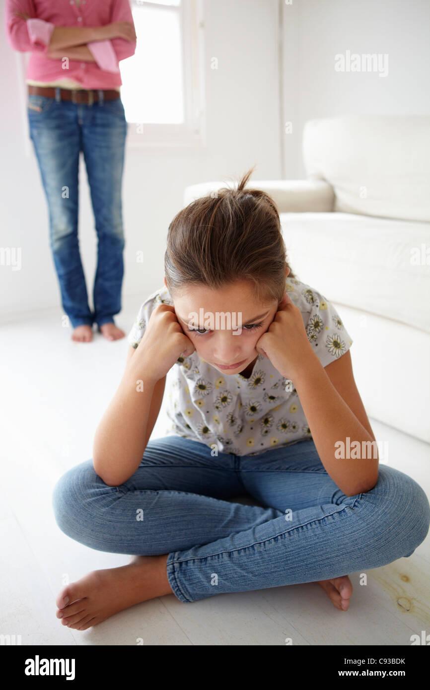 Jeune fille en difficulté avec la mère Photo Stock