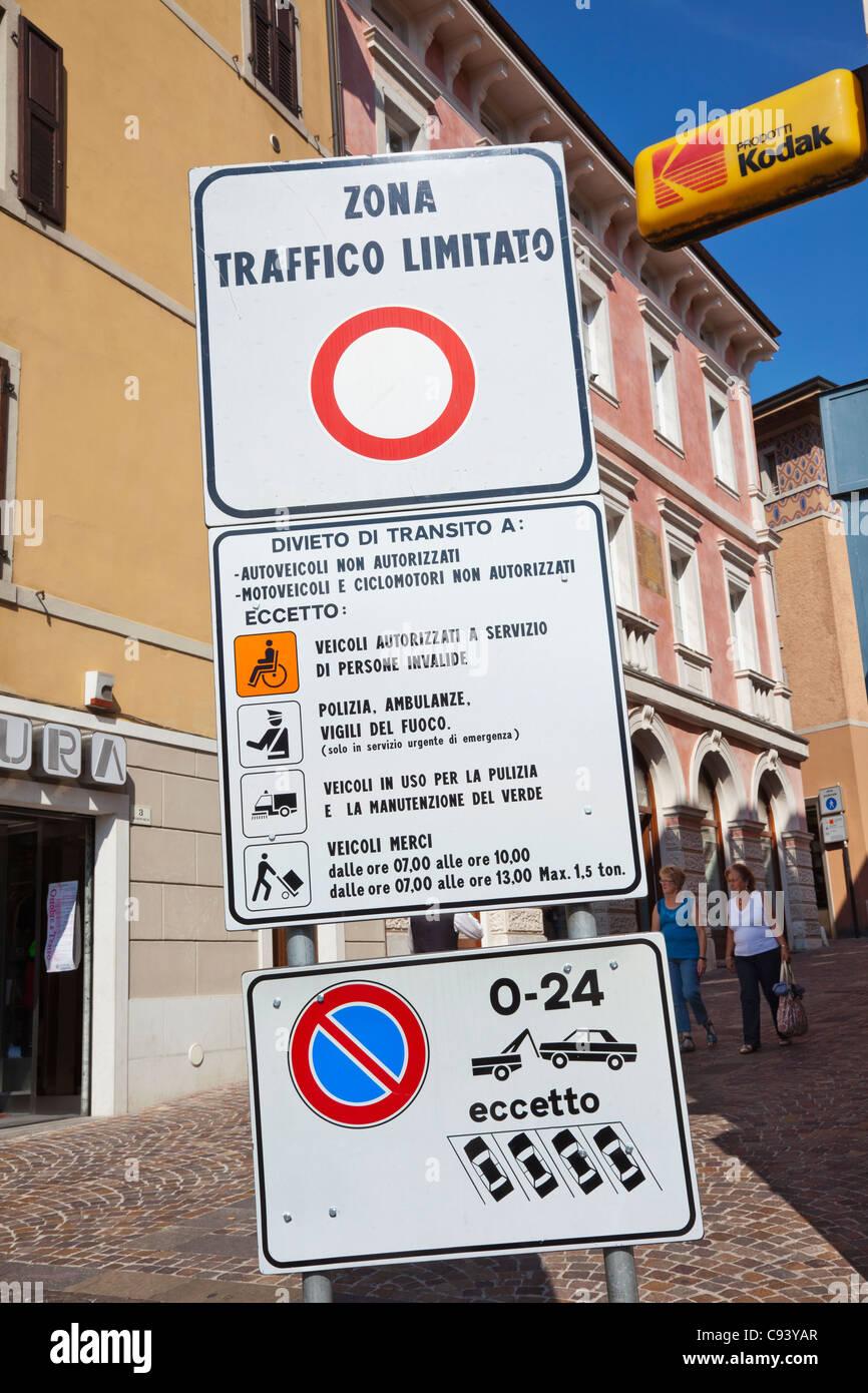 L'Italie, Trento, Lac de Garde, Riva del Garda, restriction de circulation Street Sign Photo Stock