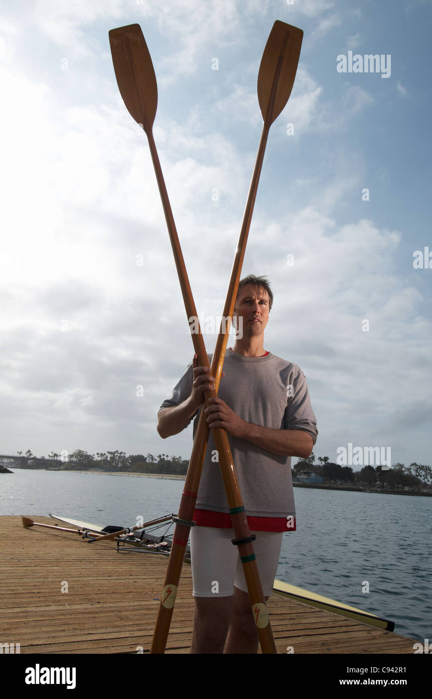 Un portrait d'un rameur, d'avirons et son double scull chaloupe. Photo Stock