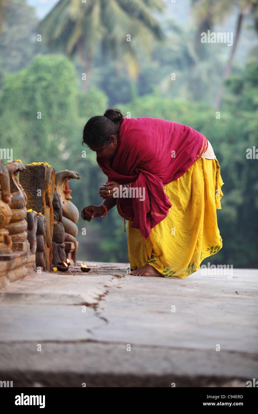 Un serpent femme adorant Shiva Arunachala Tamil Nadu Inde Photo Stock