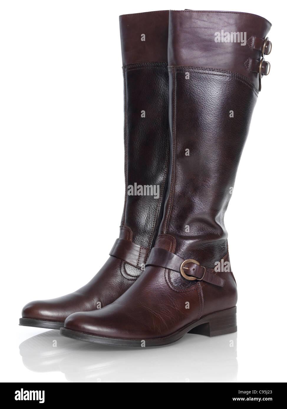 Longueur genou bottes en cuir brun womens mode isolé sur fond blanc Photo Stock