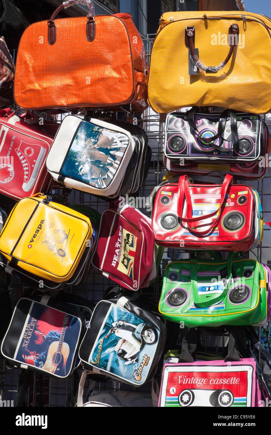 L'Angleterre, Londres, Camden, Camden Market, rétro sac à main Afficher Photo Stock