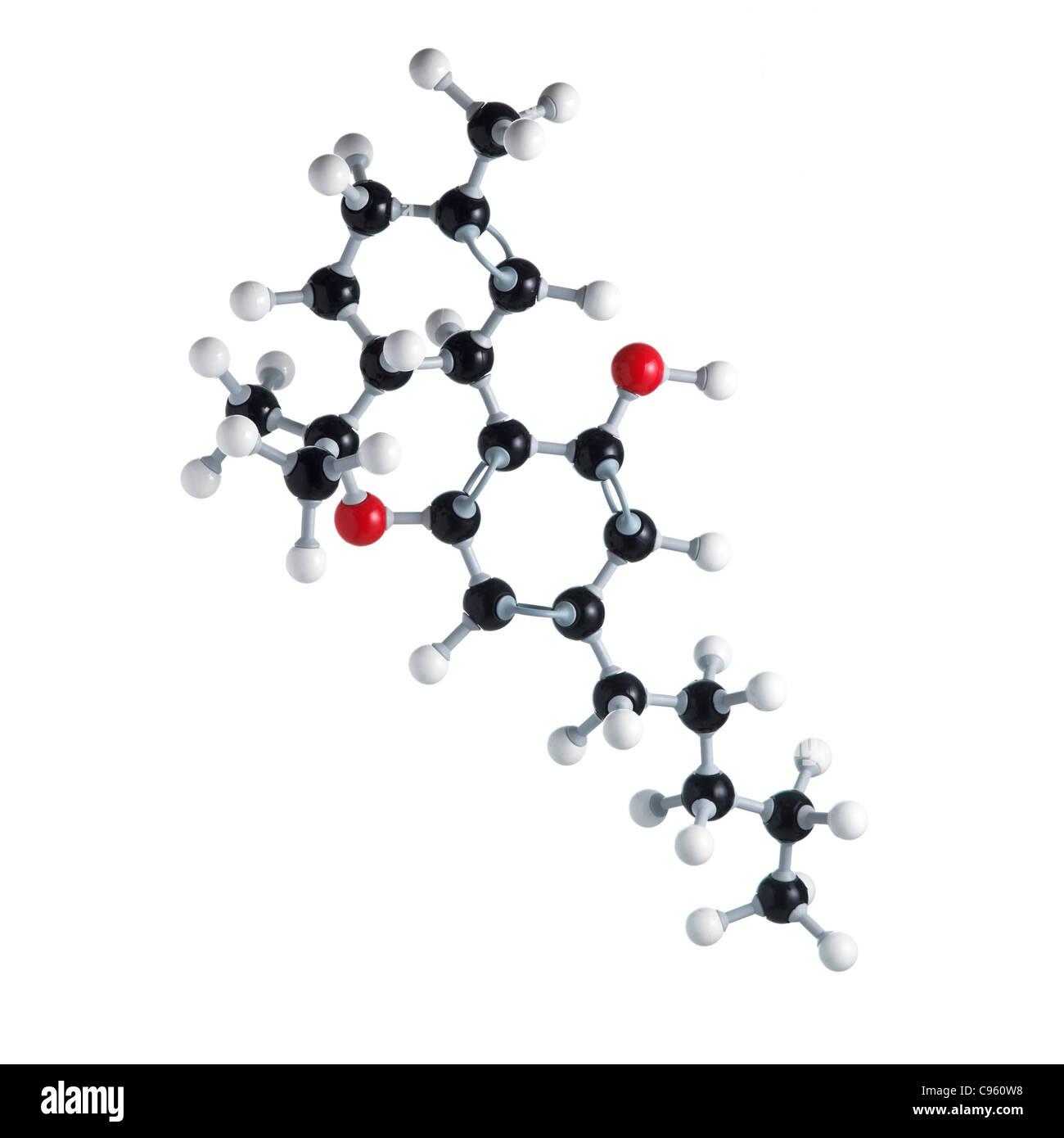 Le THC molécule pharmaceutique. Les atomes sont représentés comme des sphères et sont codés par couleur: carbone (noir) l'hydrogène (blanc) oxygène (rouge). Banque D'Images
