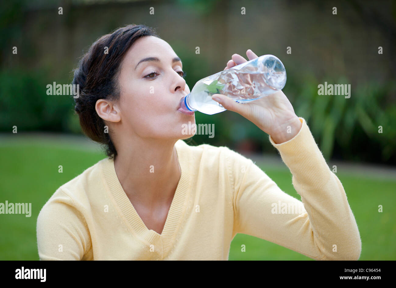 Femme buvant de l'eau en bouteille. Photo Stock