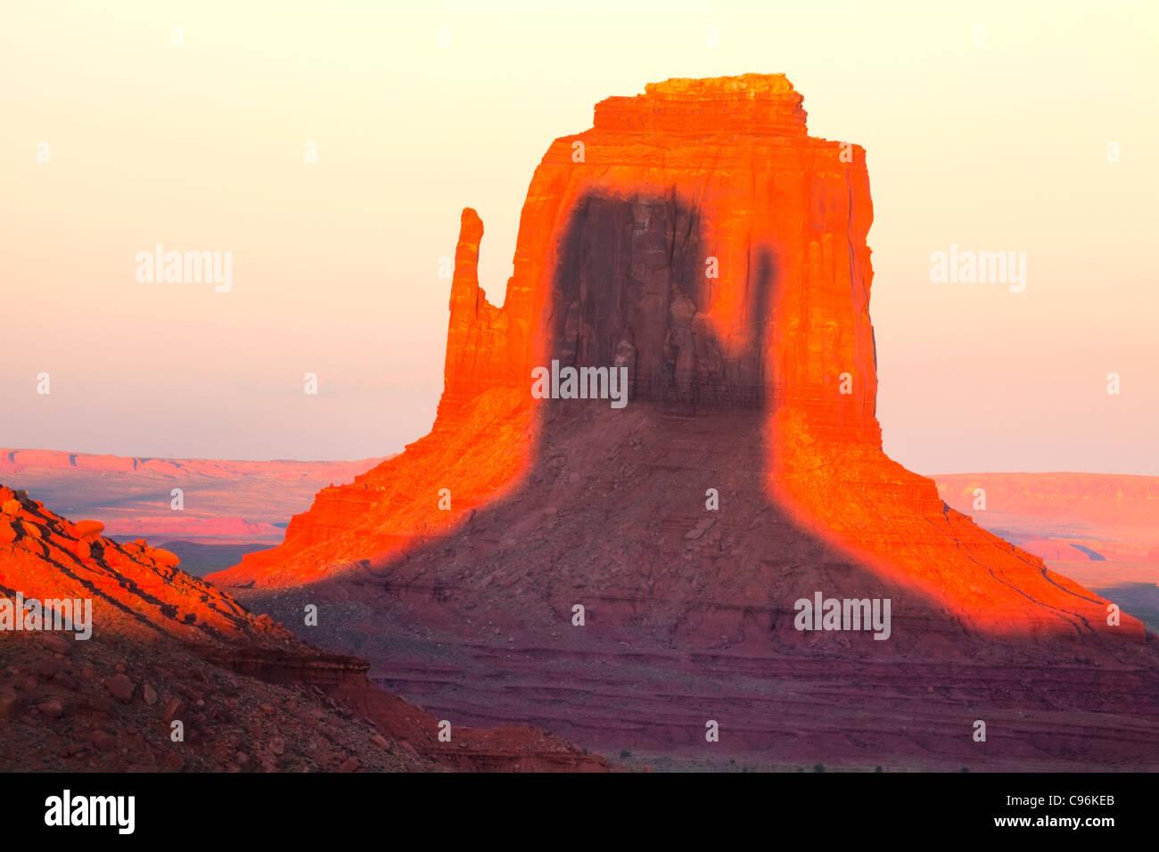 East Mitten au coucher du soleil, Monument Valley Tribal Park, Arizona/Utah Ombre de West Mitten sur East Mitten Photo Stock