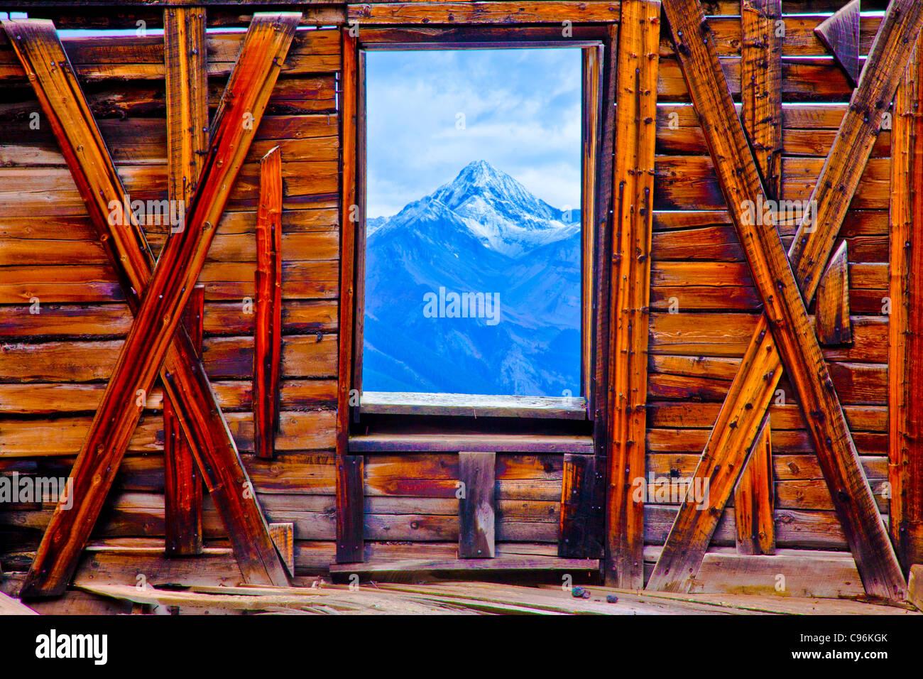 Wilson pic constaté à travers la fenêtre de la ville fantôme, Alta Ville Fantôme, Colorado, Photo Stock