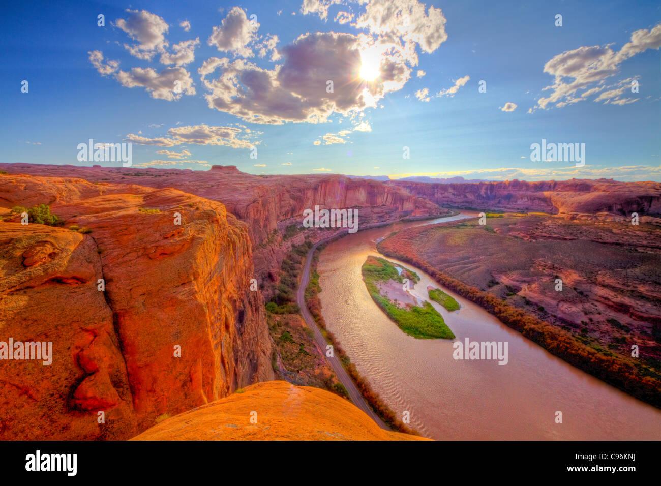 Vue sur la rivière Colorado près de Moab, Utah, Hell's Revenge Glen Canyon Trail murs de grès Photo Stock