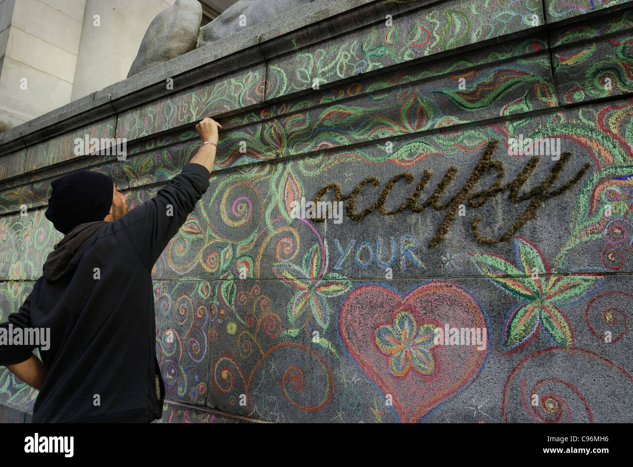 Manifestant la création artistique avec craie de couleur sur les murs de granit de la Vancouver Art Gallery. Photo Stock