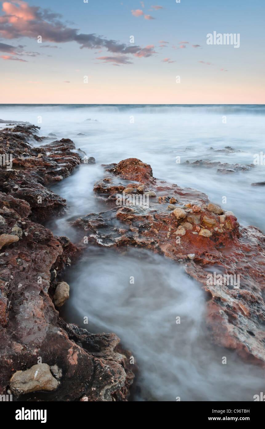 Seascape verticale coucher du soleil fait avec objectif grand angle Photo Stock