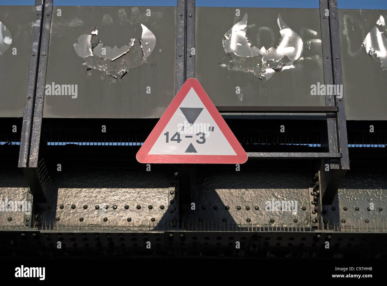 Panneau routier britannique d'avertissement, de la limitation de hauteur à un pont ferroviaire de Hampton Photo Stock