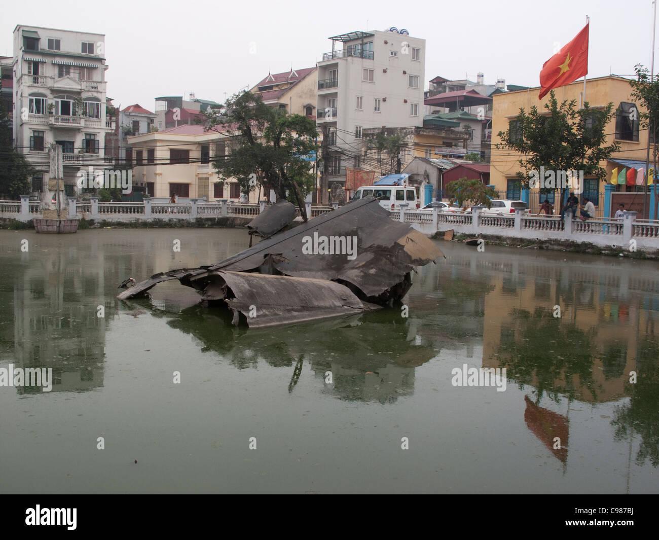 B52 bomber épave dans Huu Tiep lake, Hanoi, Vietnam Banque D'Images