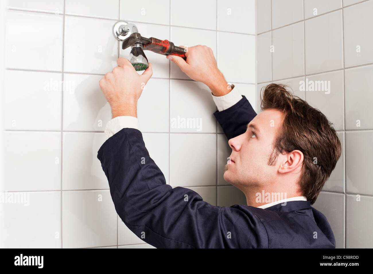 Fixation de la tête de douche plombier Photo Stock