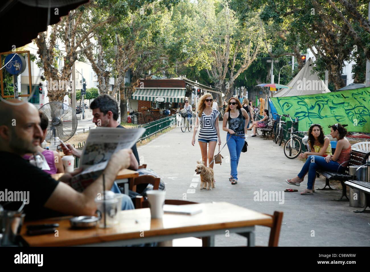 Scène de rue, le boulevard Rothschild à Tel Aviv, Israël. Photo Stock