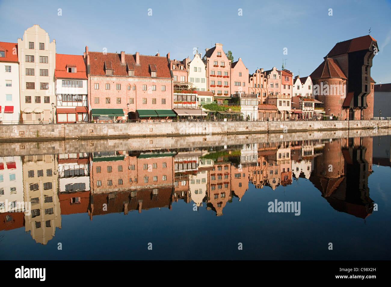 Les bâtiments reflètent dans l'eau, Gdansk, Pologne Photo Stock