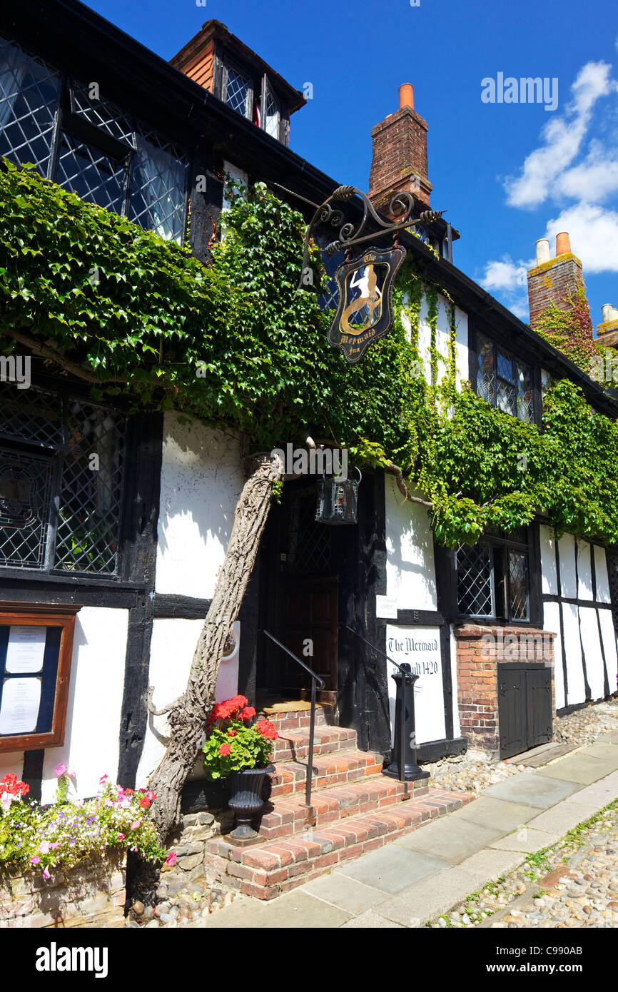 Le Mermaid Inn, Mermaid Street dans le soleil d'été, Rye, East Sussex, England, UK, Royaume-Uni, GO, Photo Stock
