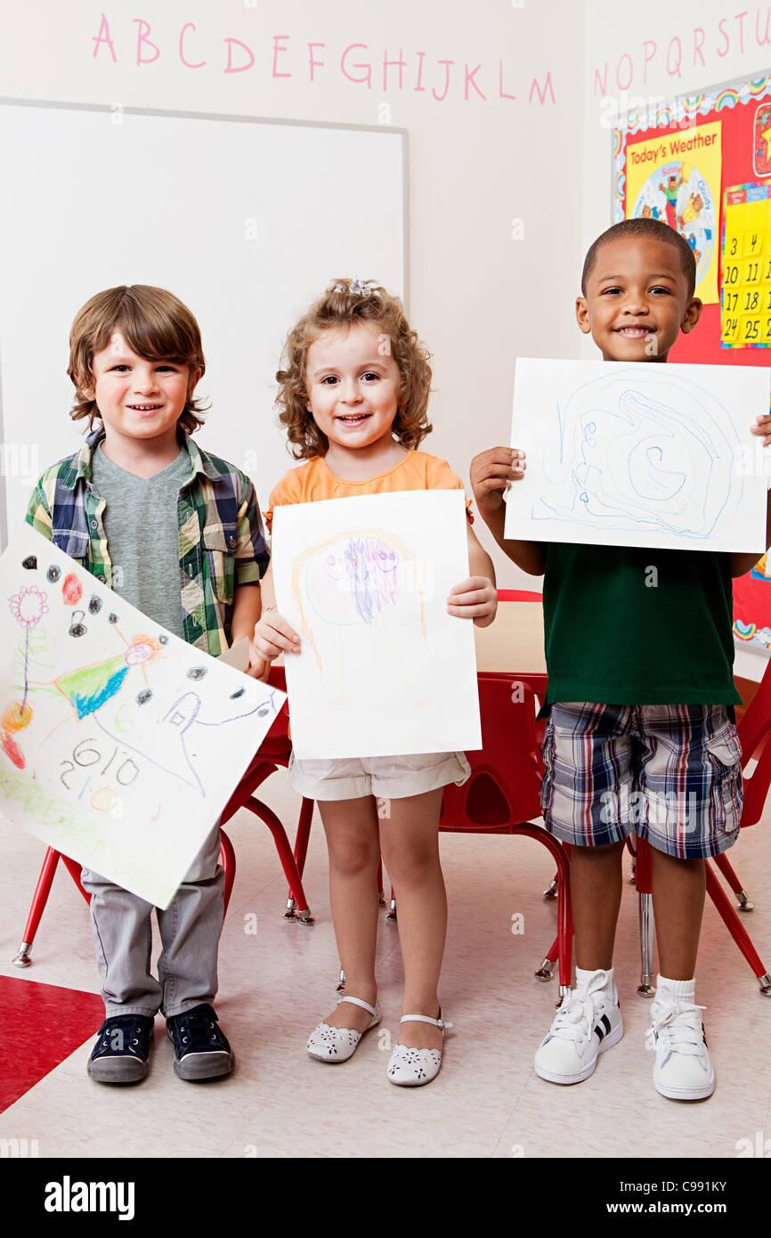 Trois enfants maintenant qu'ils ont tirées d'images Photo Stock