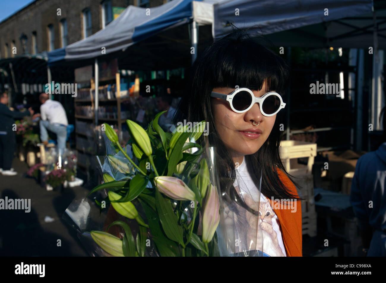 Femme sur Columbia Road Flower Market est de Londres. Photo Stock