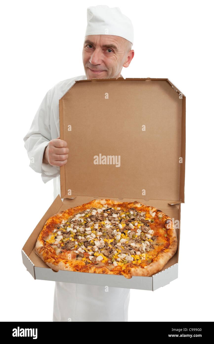 Cuisiner avec des hommes dans la case pizza fraîche Photo Stock
