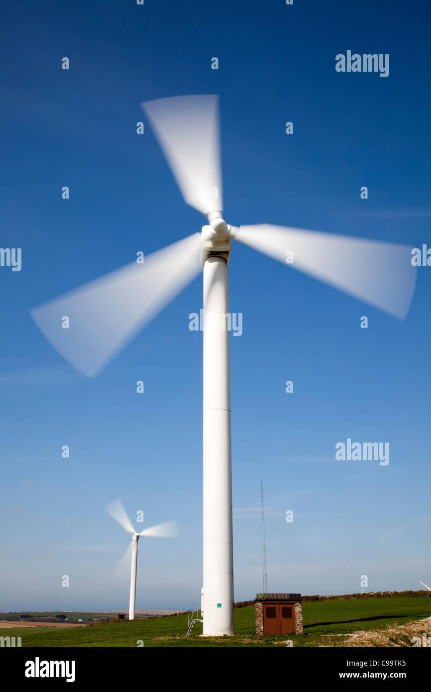 Ferme éolienne, Éolienne contre le ciel bleu Photo Stock
