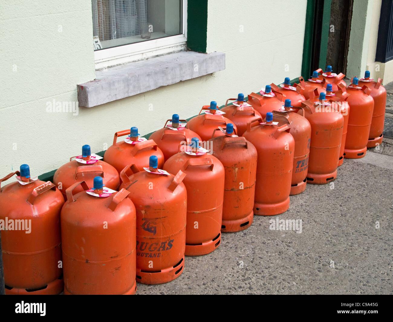 Des bonbonnes de gaz domestique en vente à l'extérieur d'un magasin de matériel à Skerries, Photo Stock